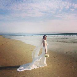 Paz Padilla luce su espectacular vestido a la orilla de la playa