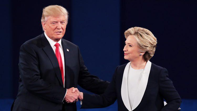 Hillary Clinton y Donald Trump estrechándose la mano en el Debate Electoral