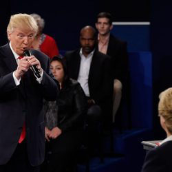 Donald Trump contestando a Clinton en el debate