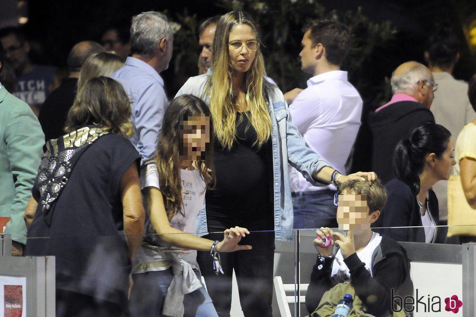 Martina Klein y sus hijos en el partido de tenis Legends Cup