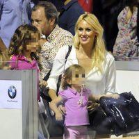 Carolina Cerezuela junto a sus hijos en las gradas viendo el Legends Cup
