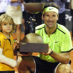 Carlos Moyá junto a su hijo Carlos en la pista del Legends Cup