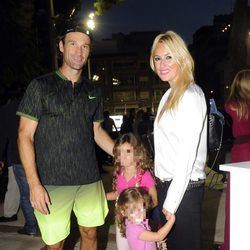 Carolina Cerezuela, Carlos Moyá y sus hijos en el partido Legends Cup