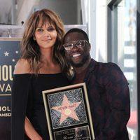 Halle Berry junto a su gran amigo Kevin Hart en su gran día