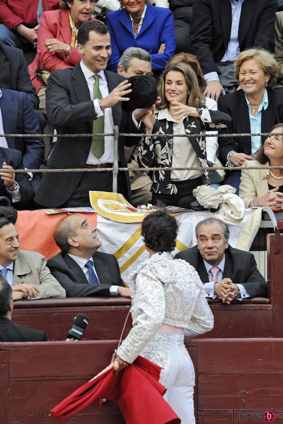 Los Reyes Felipe y Letizia reciben la montera de Miguel Abellán en Las Ventas