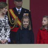 La Princesa Leonor sonríe junto a la Reina Letizia y la Infanta Sofía en el Día de la Hispanidad 2016