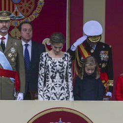 Los Reyes Felipe y Letizia, la Princesa Leonor y la Infanta Sofía al paso de la bandera en el Día de la Hispanidad 2016