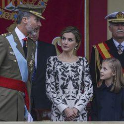 El Rey Felipe habla con la Reina Letizia y la Princesa Leonor en el Día de la Hispanidad 2016