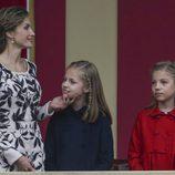 La Reina Letizia hace una carantoña a la Princesa Leonor junto a la Infanta Sofía en el Día de la Hispanidad 2016