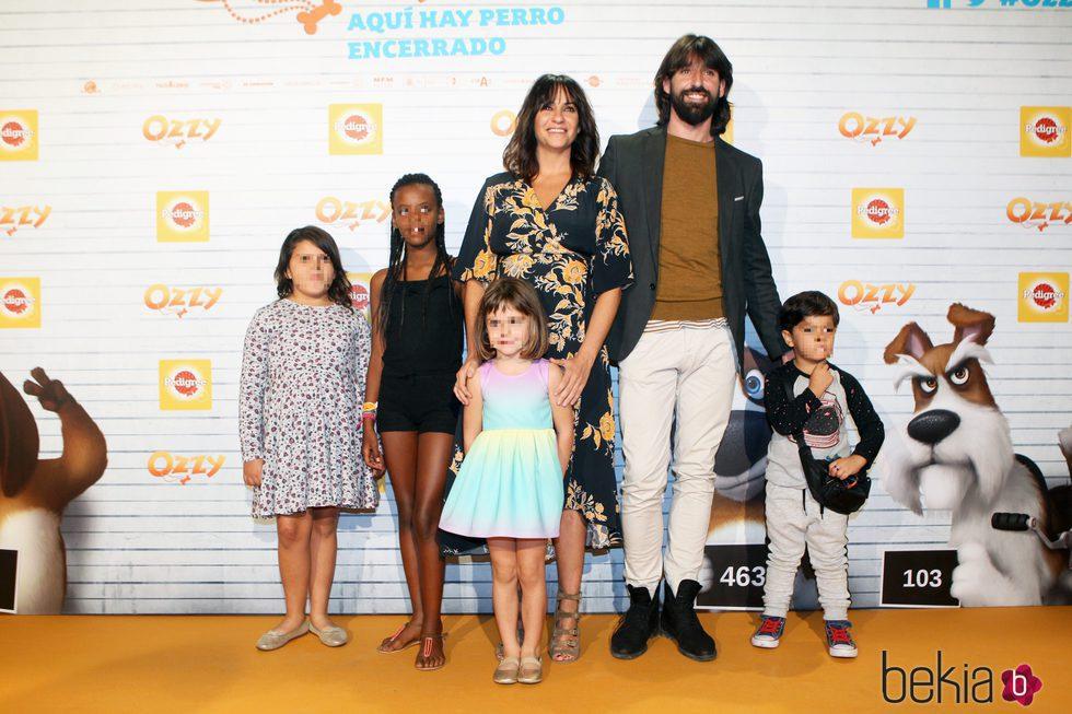 Melani Olivares y su familia en el estreno de 'Ozzy'