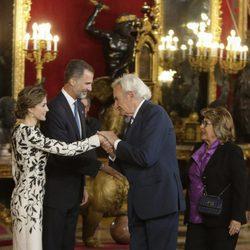 Luis del Olmo saluda a los Reyes Felipe y Letizia en la recepción del Día de la Hispanidad 2016