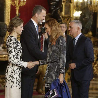 Sandra Ibarra y Juan Ramón Lucas saludan a los Reyes Felipe y Letizia en la recepción del Día de la Hispanidad 2016