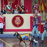 Los Reyes Felipe y Letizia, la Princesa Leonor y la Infanta Sofía sonríen al ver a la cabra de la Legión en el Día de la Hispanidad 2016