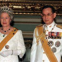El Rey Bhumibol Adulyadej de Tailandia y la Reina Isabel II en un encuentro en Bangkok