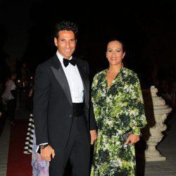 Óscar Higares y su mujer Sandra Álvarez durante la X Edicion de los Premios Escaparate en Sevilla.