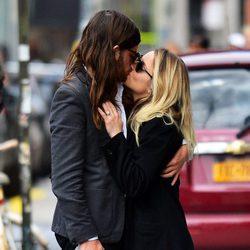 Dianna Agron y Winston Marshall se besan en Nueva York