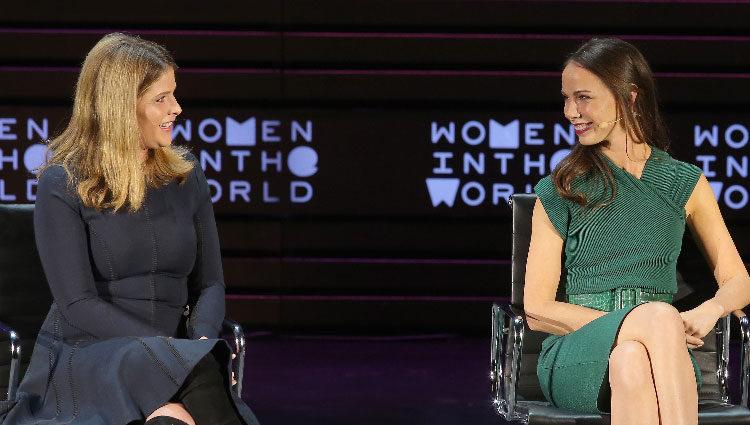 Jenna y Barbara Bush intercambian miradas en un acto público