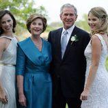 George W Bush con su mujer Luara y sus dos hijas Barbara y Jenna el día de su boda