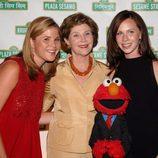 Barbara y Jenna Bush en un acto de Barrio Sésamo con su madre