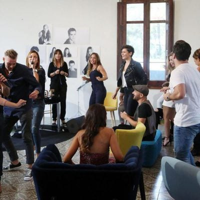 Mireia, Javián, Álex Casademunt y Geno cantan 'Te quiero más' junto a sus compañeros en el documental 'OT: El Reencuentro'