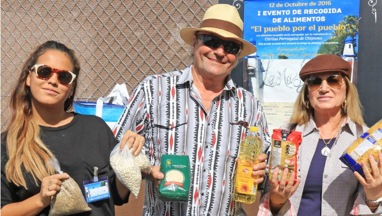 Gloria Camila, Amador Mohedano y Gloria Mohedano en una recogida solidaria de alimentos