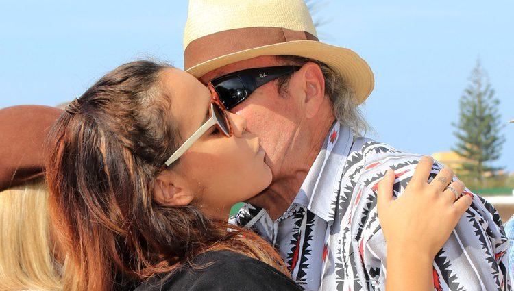 Amador Mohedano besa con cariño a su sobrina Gloria Camila