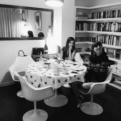 Natalia Ferviú y Marta Torné compartiendo mesa