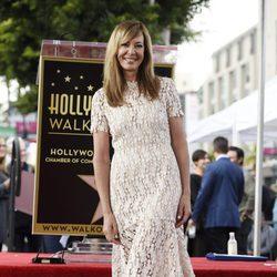 Allison Janney, sonriente junto a su estrella en el Paseo de la Fama
