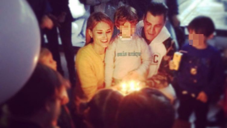 Alba Carrillo y Fonsi Nieto con su hijo Lucas el día de su quinto cumpleaños