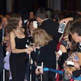 La Reina Letizia saluda a los ciudadanos en el XXV Concierto Premios Princesa de Asturias