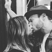Hilary Duff dándose un beso con Jason Walsh