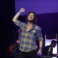 Manuel Carrasco actuando en el concierto 'Por ellas' de Cadena 100