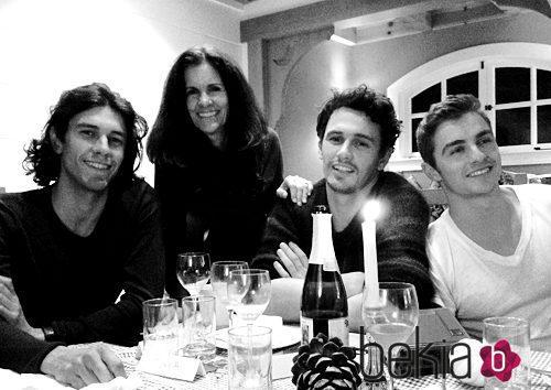 Los tres hermanos Franco con su madre