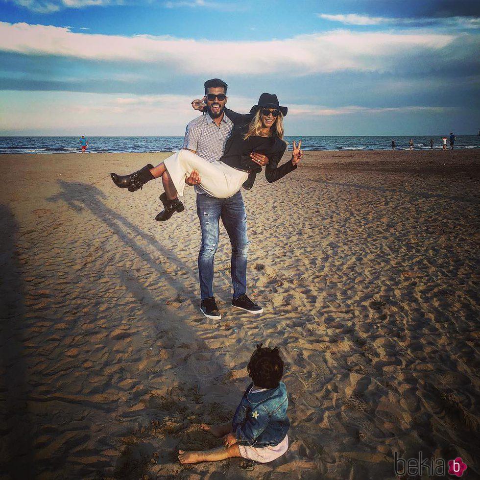 Tamara Gorro paseando por la playa de Valencia con Ezequiel Garay