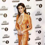 Dua Lipa en la alfombra roja de los BBC Radio 1's Teen Awards 2016
