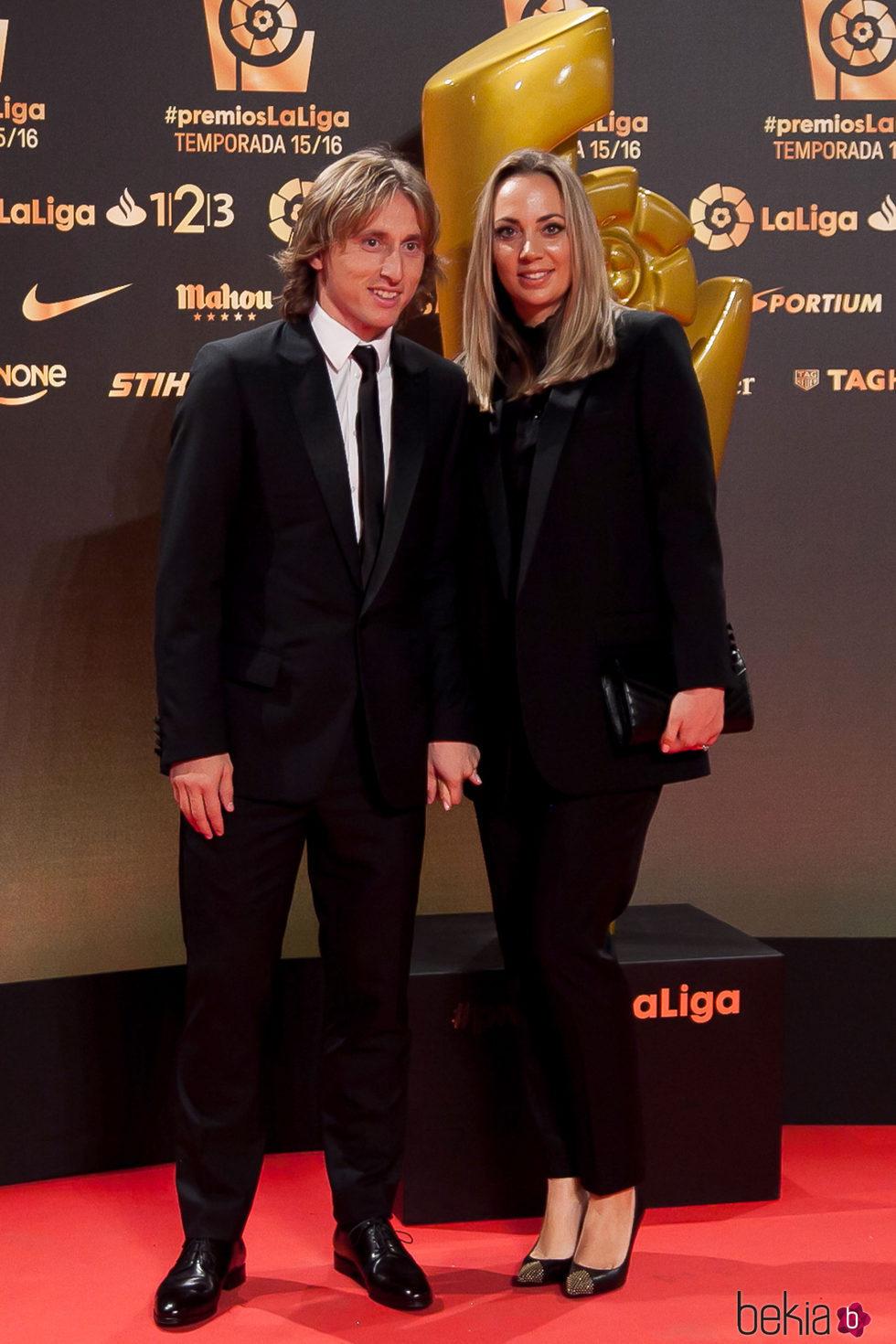 Luka Modric y Vanja Bosnic en los Premios La Liga 2016 en Valencia