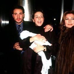 Rocío Carrasco junto a Antonio David Flores y su madre Rocío Jurado sosteniendo en brazos a su hija Rocío