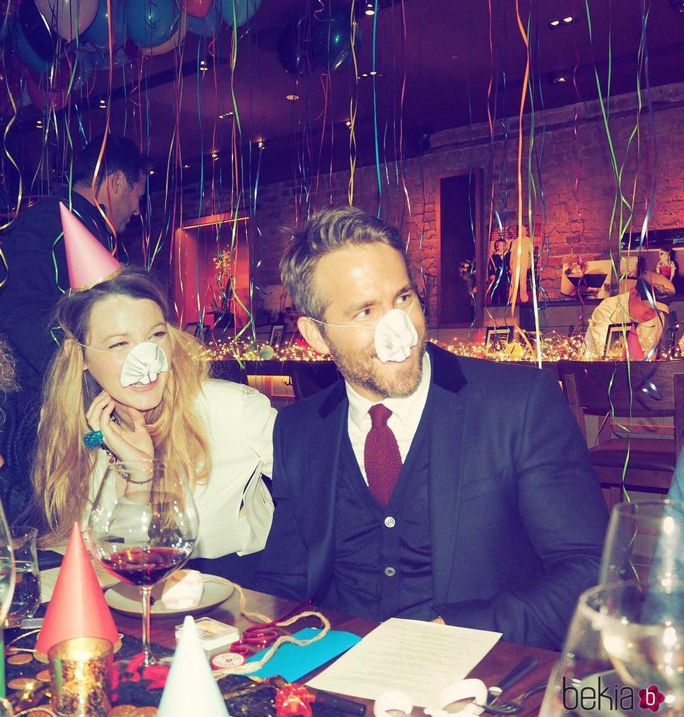 Ryan Reynolds divirtiéndose con Blake Lively en la cena de su 40 cumpleaños