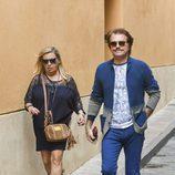 Bigote Arrocet con Carmen Borrego llegando a un restaurante de Málaga