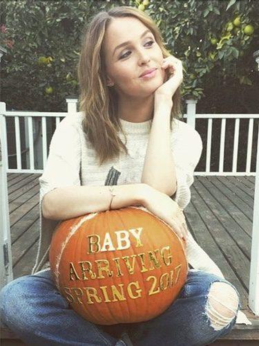 Camila Luddington anuncia su embarazo con una calabaza