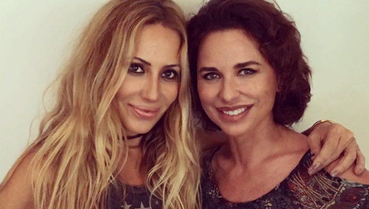 Marta Sánchez y Vicky Larraz posan juntas en el estudio de grabación