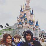 Leo Messi, Antonella Roccuzzo y sus hijos Thiago y Mateo en Disneyland París