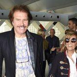 María Teresa Campos y Bigote Arrocet muy sonrientes a su llegada a Madrid desde Málaga