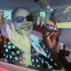 Isabel Pantoja saludando tras firmar los papeles de su libertad en Jerez