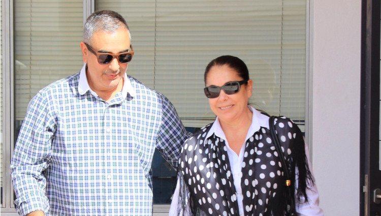 Isabel Pantoja saliendo de firma su libertad de un Centro de Reinserción Social de Jerez con su hermano Agustín