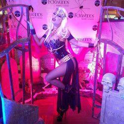 Carmen Electra se disfraza de princesa guerrera para celebrar Halloween 2016