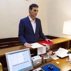 Pedro Sánchez dejando su acta de diputado del Congreso del grupo socialista