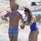 Rafa Mora y Raquel Bollo dándose un chapuzón en las playas de Ibiza