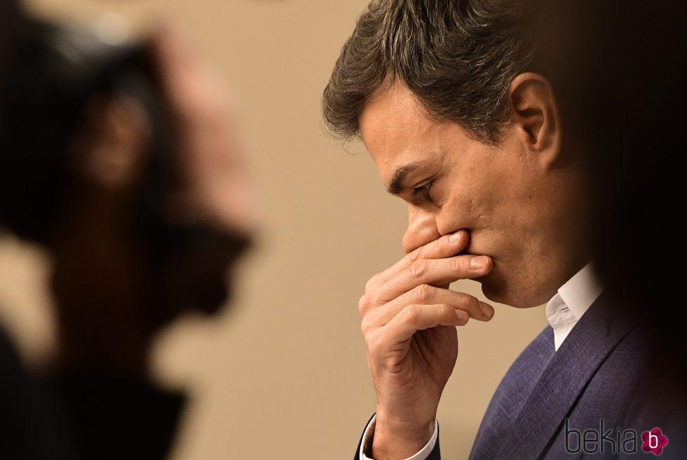 Pedro Sánchez muy emocionado en su despedida tras renunciar a su escaño del Congreso