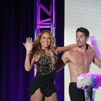 Mariah Carey y el bailarín Bryan Tanaka en un evento